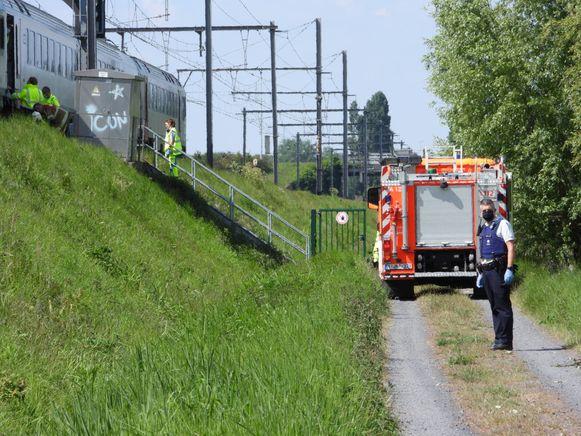 De hulpdiensten haalden het slachtoffer van onder de trein.