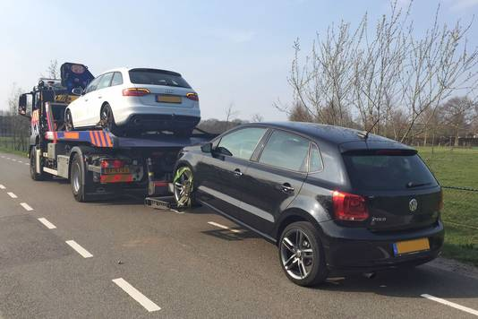 Twee van de auto's die in beslag zijn genomen in het onderzoek naar oplichting door Hollandsche Wind.
