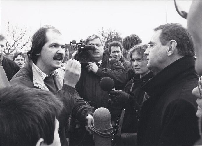 Jan Marijnissen haalt in 1988 verhaal bij de poort van het bedrijf Diosynth over de lozing van chemisch afval op het riool. De foto is op Oss Nostalgie gezet door voormalig politiebeambte Henk van Haalen.