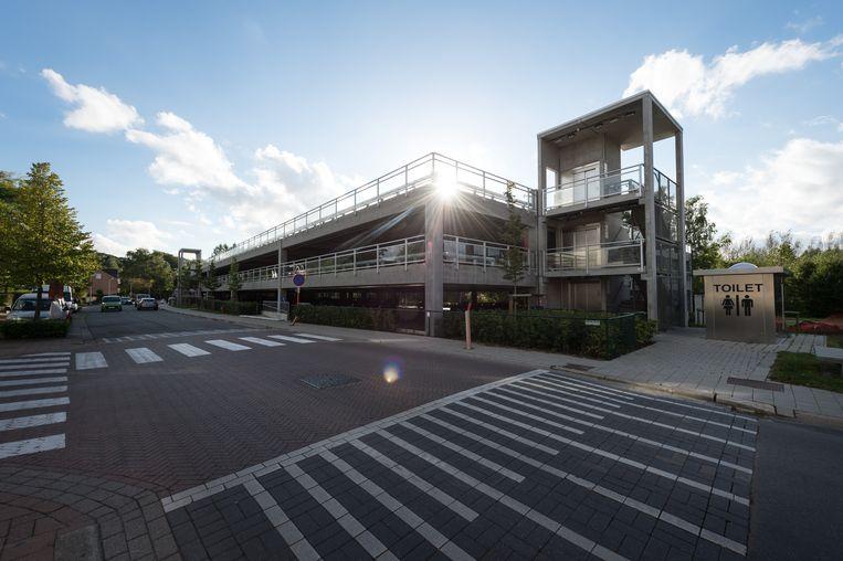 De moeilijke toegang tot de parking aan de Achterweidestraat wordt verbeterd, zodat meer inwoners de parking durven gebruiken.