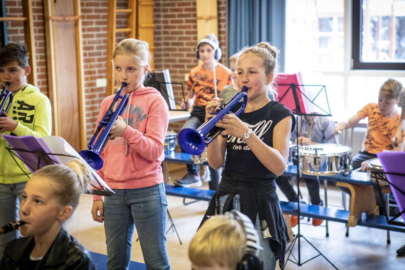 De leerlingen kiezen zelf een blaasinstrument of slagwerk.