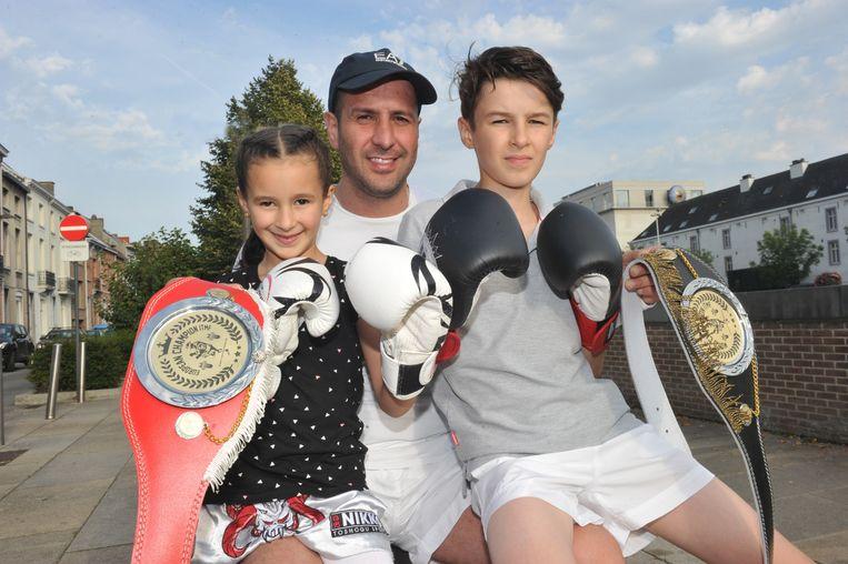 Dounia met haar papa en broer Mohamed (12), die wereldkampioen is in zijn leeftijdsklasse.
