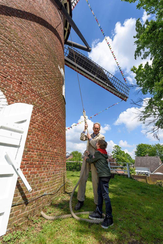 De zesjarige Tobias uit Veldhoven helpt molenaar Maurice van Hoven een handje met het stilzetten van de wieken.