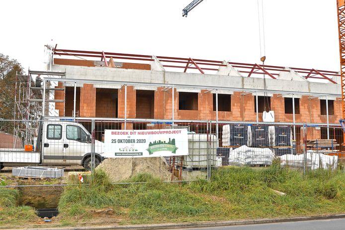 De ruwbouw van de eerste van zeven blokken is volop aan de gang en situeert zich helemaal vooraan de site. Iedereen is er op Nieuwbouwzondag welkom
