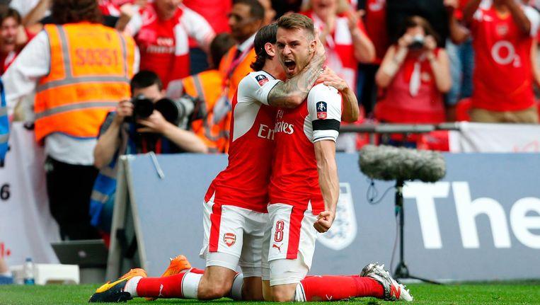 Aaron Ramsey en Hector Bellerin van Arsenal vieren het tweede doelpunt voor hun ploeg. Beeld afp