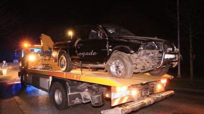 Terreinwagen botst tegen betonblokken van rotonde: bestuurder gewond