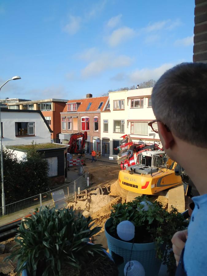 Een bewoner kijkt van bovenaf neer op de ongeluksplek aan de Parkweg in Ede.