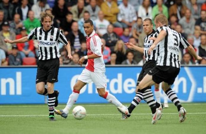 AJAX-speler Demy de Zeeuw ( tweede van link ) tussen Heracles-spelers Marc Looms(L) , Mark-Jan Fledderus en Birger Maertens. ANP