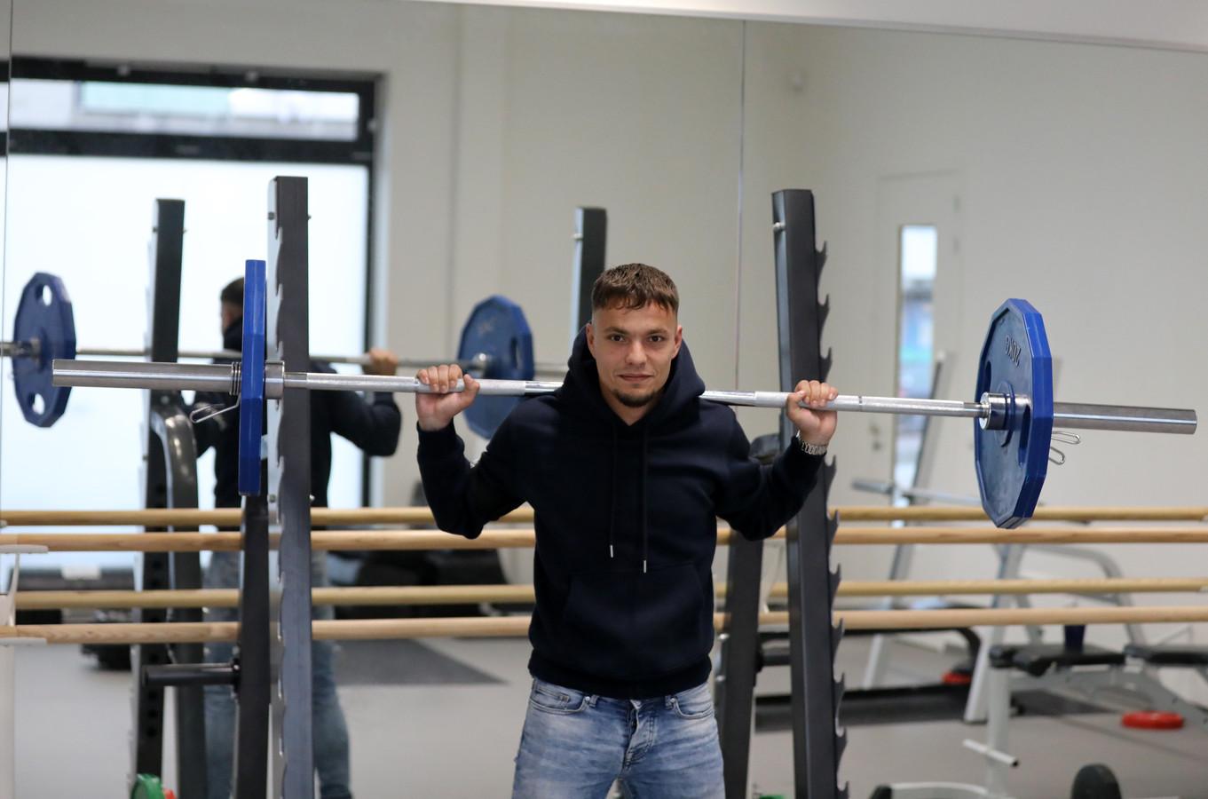 Ook overdag, in een vrij uurtje op het Rotterdamse Melanchton College, houdt gymdocent Leroy Naaktgeboren - aanvoerder van Alblasserdam - zich fit.
