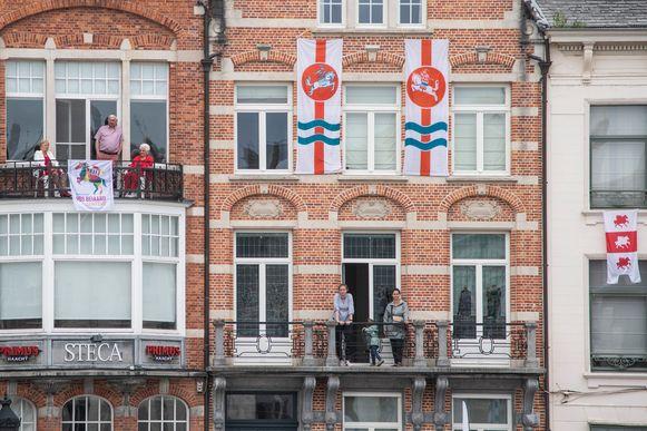 Vanop balkons keken bewoners van de grote Markt naar het schouwspel beneden.