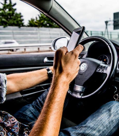Nieuwe camera's boven A27 leggen haarscherp vast of je belt en appt achter het stuur