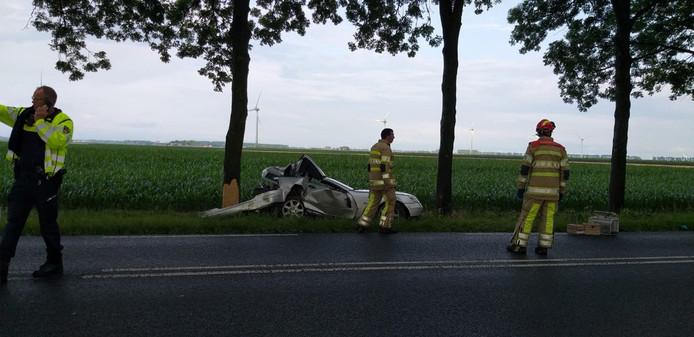 De zwaarbeschadigde auto langs de Botweg.