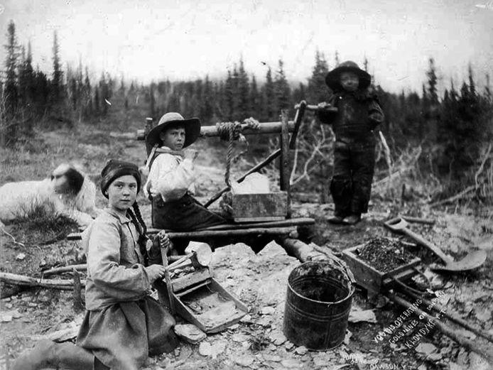 Des enfants qui travaillent dans une mine d'or. La photo date de 1898.