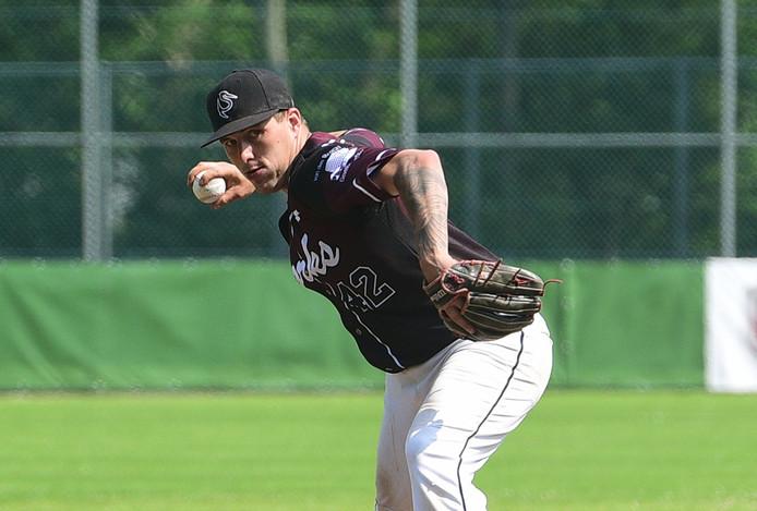 Storks heeft dit seizoen moeite met pitchen. Hier werpt Kevin Nieveld voor de Haagse hoofdklasser.