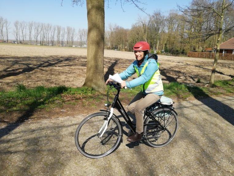 Juf Dinah op de fiets.