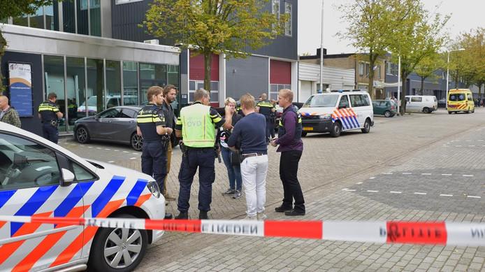 De politie, technische recherche en het team van de forensische opsporing doen ter plaatse onderzoek.