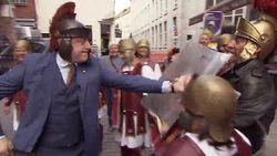 Hilarisch: Bart De Wever slaat Luk Alloo tegen de vlakte