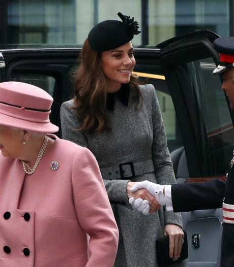 Queen Elizabeth en Kate bezoeken Londense universiteit
