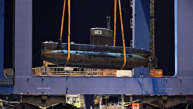 In de haven van Kopenhagen lichten onderzoekers de gezonden onderzeeër op de wal. Beeld epa