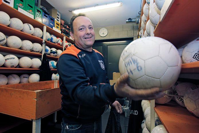 Nico Geurts is zo'n beetje verantwoordelijk voor het hele reilen en zeilen bij voetbalclub DAW.
