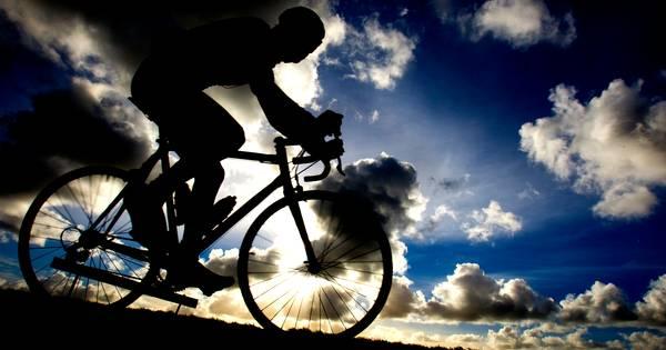 Wielrenner fietst door naar botsing met fietser, man raakt ernstig gewond.