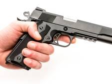 Man in 's-Heerenberg richt nepwapen op politie en verwondt agent bij aanhouding