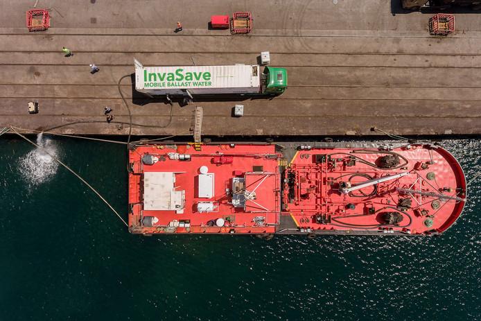 Het reinigingssysteem kwam in Spanje op een vrachtwagen langszij bij het schip.