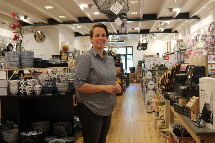 Kelly de Jong in haar winkel Kooklust, waar ze onder meer servies van Tokyo Design verkoopt.