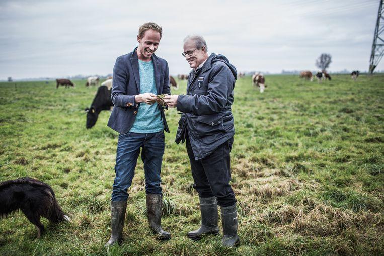 Joel Salatin (rechts) keek in 2016 rond op de boerderij van boer Jarin Brunia (links). Beeld Lucas Kemper