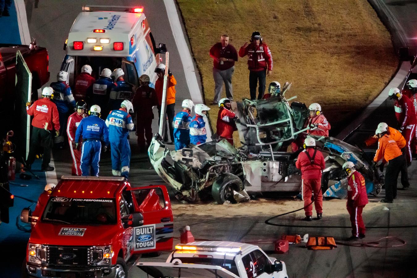 Hulpverleners halen Newman uit zijn wagen.
