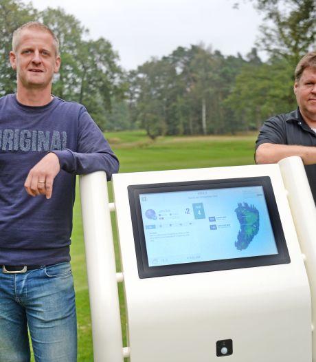 Wereldprimeur in Hengelo: interactief display bij hole toont golfers live hun speldata