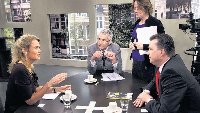 Econome Barbara Baarsma (l), directeur van SEO Economisch Onderzoek te gast bij het tv-programma 'Buitenhof'. Beeld Klaas Fopma, HH