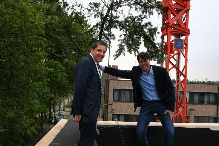 Voorzitter van de raad van bestuur Jens De Vos en schooldirecteur Carlo Van den Bremt plantten de 'mei' op het dak van de nieuwbouw.