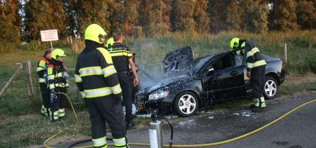 Auto brandt uit na knal onder het rijden