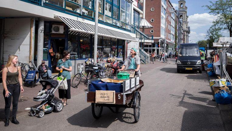 De biking bin haalt op de Wallen en in de Nieuwmarktbuurt afval van toeristen op Beeld Rink Hof