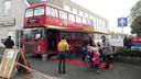 De Fiep-bus naast boekhandel Lectori valt goed in de smaak bij de leerlingen van de Juliana van Stolbergschool..