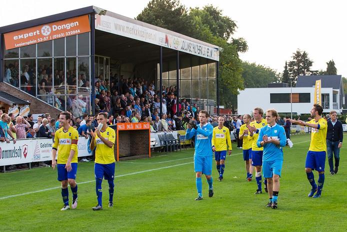 Spelers van Dongen bedanken het publiek na de wedstrijd tegen Go Ahead Eagles.