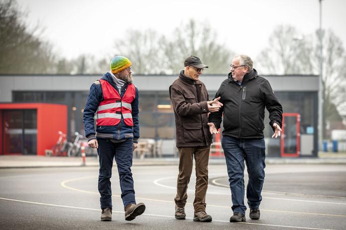 In Overdinkel werd Kuier Deur zaterdag afgesloten. Vanaf links babbelen Edwin Bakker, Hans Letteboer en Albert Kamphuis erop los.
