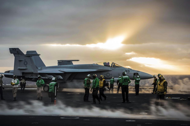 Een F-18-vlieger staat op het punt om op te stijgen van het vliegdekschip USS Theodore Roosevelt.