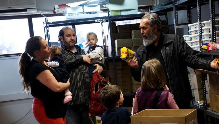 De familie Argyros krijgt levensmiddelen van hulporganisatie Theofilos Beeld reuters