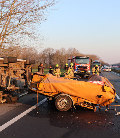 Gewonde en ravage door ongeval op A30 bij Lunteren