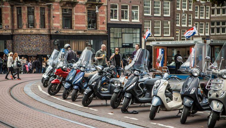 Scooters op het Koningsplein. Beeld Floris Lok