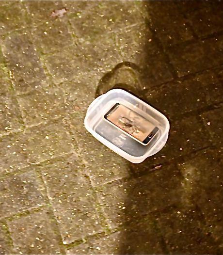 Brandweer Almelo moet uitrukken voor oververhitte telefoon: 'Geen mankement, maar boze bewoner'