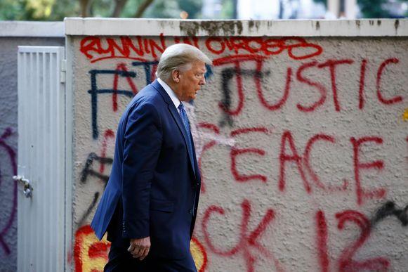 Trump liep vanaf het Witte Huis door Lafayette Park naar de kerk.