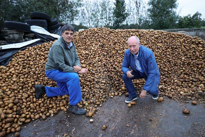 Boer Charlie Engelen (l) en Peer Willemse, voorzitter van Voedselbank Veldhoven. Zaterdag houdt Engelen een aardappelverkoopactie ten gunste van de voedselbank.