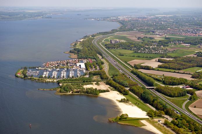 Juichen is een groot woord, maar 'heel blij' is Sonneveld wel met het nieuws dat de plannen voor de aanleg van een hotel bij Strand Horst met bij bijhorende evenementenhal voorlopig in de ijskast liggen.