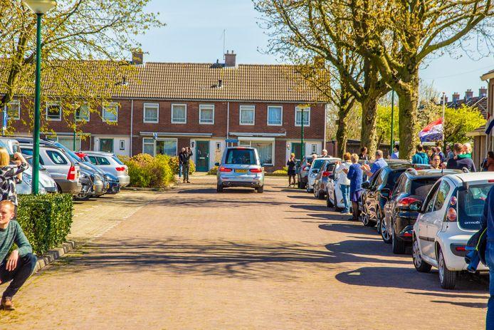 Onder applaus van de buurt begint Jan in 't Groen aan zijn laatste rit naar het crematorium in Tilburg.