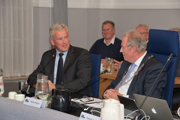 Maarten van de Donk (l) met waarnemend burgemeester Harrie Nuijten.