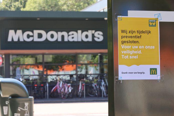 Corona bij McDonalds De Werf in Den Haag.Het restaurant is gesloten