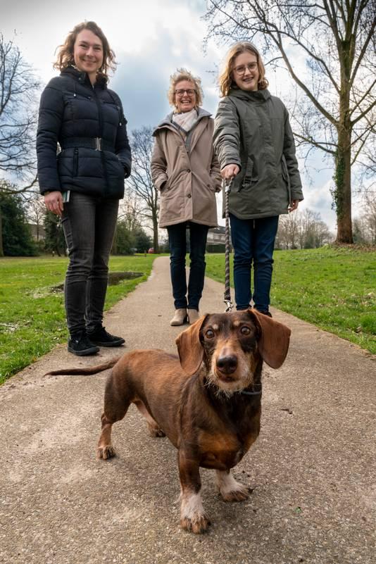 Onderzoeker Evelien Bos (linka), Claudia en Dagmar van der Burgt en op de voorgrond teckel Bram.